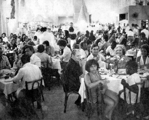 As grandes churrascarias são atualmente os locais de reunião de famílias numerosas. Lá, além da comida farta, assistem a shows de artistas famosos, gastando em média Cr$ 70 por casal. É o programa da moda carioca.