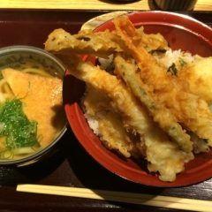 京都では天ぷらは高級品っていう認識があるから町の定食屋さんで天ぷらを食べる文化がありません でも実は天ぷらが1000円という驚きの価格で味わえるお店があるんです 天ぷら海鮮 まる福 伏見桃山店は京阪本線伏見桃山駅近鉄京都線桃山御陵前駅から徒歩1分くらいのところにあって 天ぷらと山陰直送の海鮮をかなりリーズナブルに楽しめるお店 ここの人気メニューがまる福天丼 海老が2尾鶏天半熟玉子野菜3種というドカ盛り丼でご飯はお代わり無料 ここおすすめです tags[京都府]