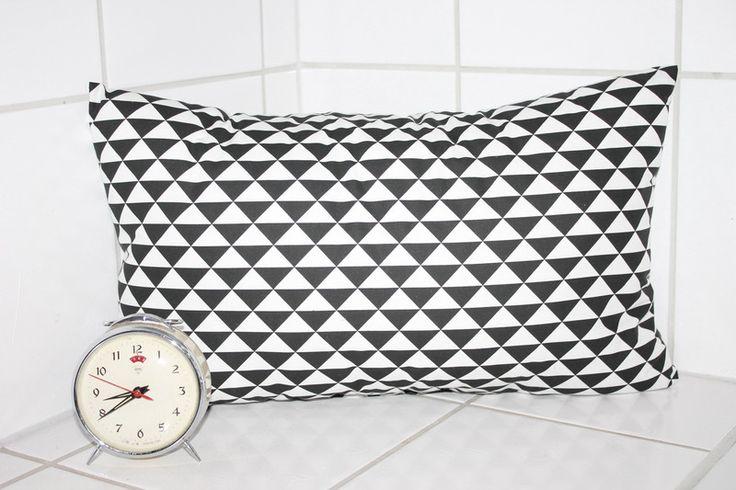 Kissen - retro Kissen schwarz weiß Dreiecke Geometrie 50x30 - ein Designerstück von Handmade-Erzgebirge bei DaWanda