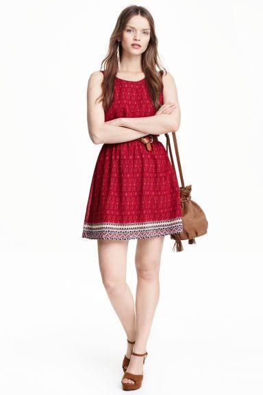 Wzorzysta sukienka: Sukienka bez rękawów z tkaniny we wzorzyste nadruki. Wycięcie na plecach i odcinana, elastyczna talia. Z podszewką.