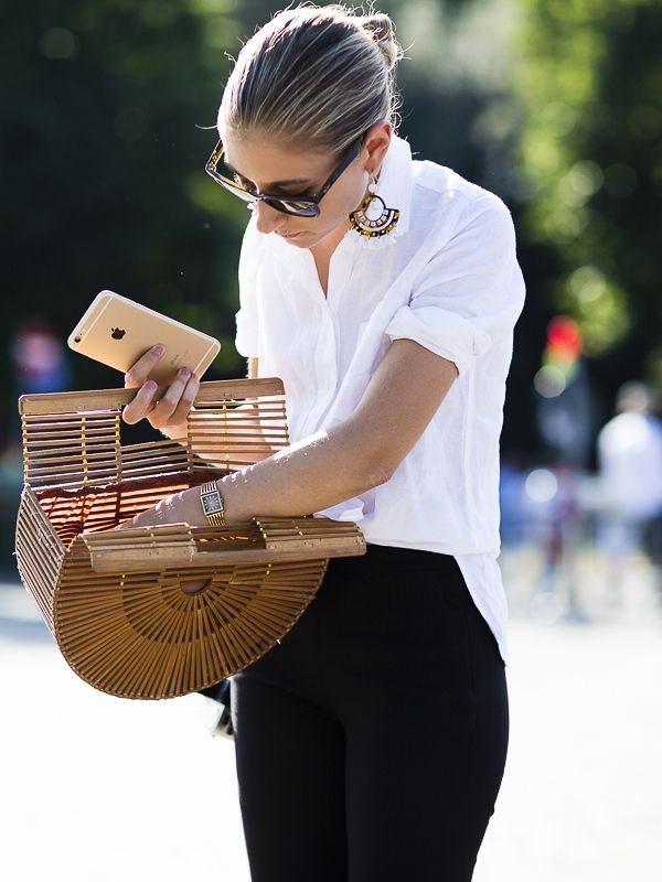 Las camisas blancas, básico de verano -> http://chezagnes.blogspot.com/2016/06/white-shirt-ss16.html #shirt #camisa #white #blanco  black, white & that bag. #JennyWalton in Florence.