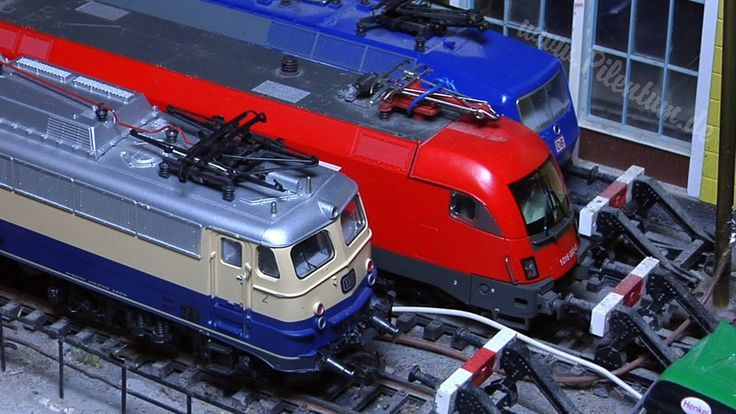 Il materiale rotabile -  Locomotori/Locomotive La produzione attuale comprende locomotive e locomotori tedeschi (naturalmente) francesi, olandesi, svizzeri, austriaci, spagnoli, americani, svedesi, norvegesi, danesi e financo ungheresi, lussemburghesi e italiani. L'evoluzione ha comportato un crescente impiego di elettronica, che ha visto anche la collaborazione di Motorola. I motori, un tempo prodotti da Marklin in proprio, sono ora anche acquistati da ditte esterne, come la svizzera…