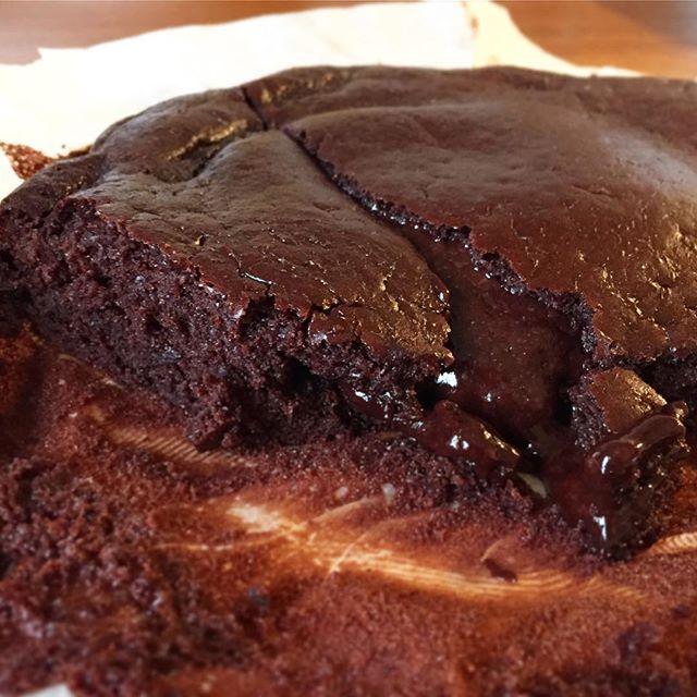 CHOKOLADEKAGE 🍫😛 @proteinbaker har den nemmeste og lækreste protein chokoladekage blanding, der er glutenfri (hvis det skulle være en nødvendighed for nogen), uden tilsat sukker, kaloriefattig og så smager den ovenikøbet godt - især hvis den lige er lidt underbagt 👌🏼 Der er også pandekager, brownie og muffins i samme stil. Ideelt hvis man har lyst til noget lækkert, men der skal spares lidt på kalorierne. __________________________________________________ #proteinbaker #sponsoreret…