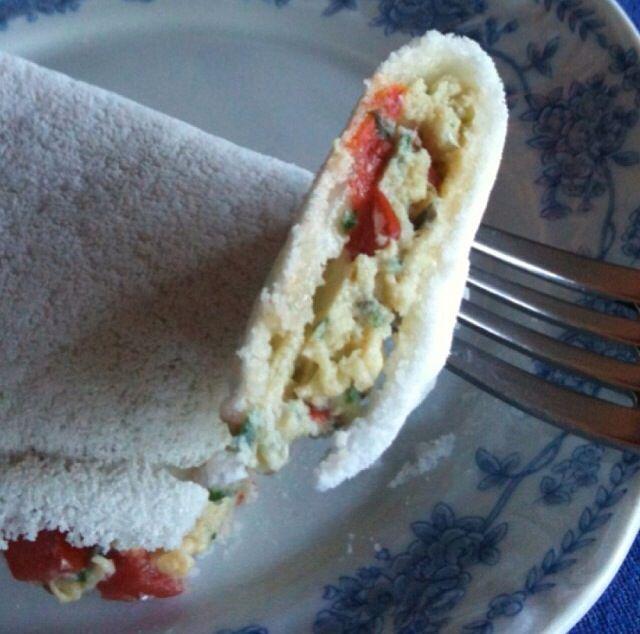 Tapioca com ovo mexido com um pouco de queijo cremoso light, salsa e tomate sem semente picados e 1 pitada de sal.