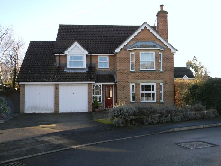 Monthly Rental Of £1,750  4 Bedroom Detached House - Franklin Road, Crawley, West Sussex, RH10 7FG Estate Agents