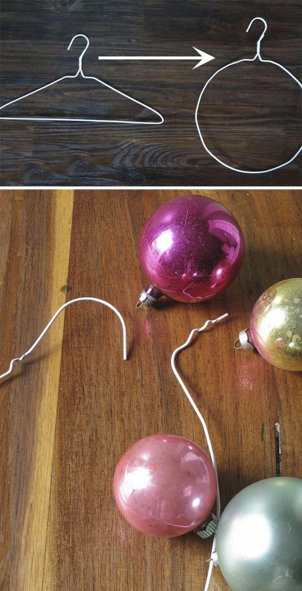 Inspírate con estas ideas para crear tu propia corona navideña, quedan muy bonitas y necesitas pocos materiales Materiales Colgador de metal Pelotitas y adornos navideños de distintos tamaños Alicate Deforma el colgador hasta obtener un círculo. Con la ayuda de un alicate desenrolla el alambre pegado al gancho. Luego comienza a poner pelotas navideñas de…