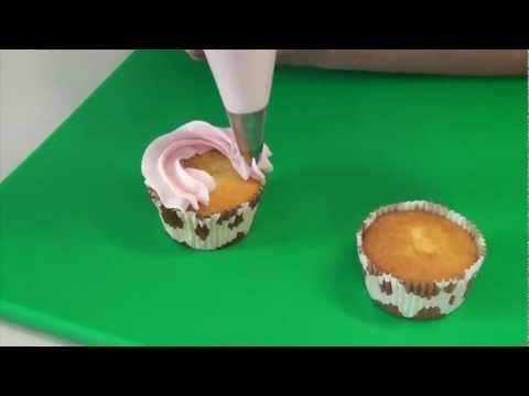 Maak cupcakes met een lekkere topping! Via de instructies leer je verschillende toeven spuiten. Met een spuitzak (decorating bag) en verschillende spuitmondjes kun je cupcakes versieren met mooie toeven botercrème.  De cup cake met topping kun je dan weer versieren met leuke decoratie strooisels of zelf gemaakte fondant of marsepein decoraties.