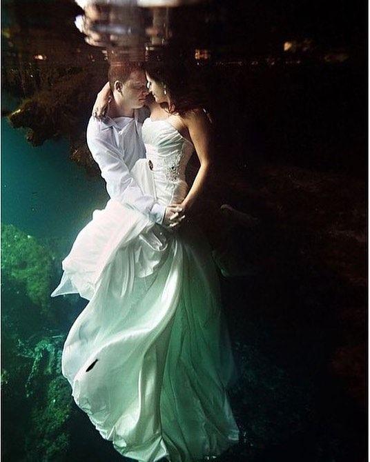 E que tal um trash the dress submarino?  . Foto de Delsonl Photography  #prontaparaosim #