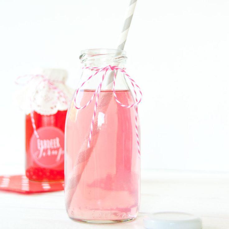 Als ich klein war, gab es in unserem Garten riesiges Erdbeerbeet. Es gab Erdbeeren in Hülle und Fülle und in allen Variationen. Wir durften den ganzen Tag Erdbeeren naschen, es wurde Rote Grütze gekocht, Erdbeeren mit Vanilleeis geschleckert, Erdbeemarmelade... #anleitung #auszudrucken #einkochen