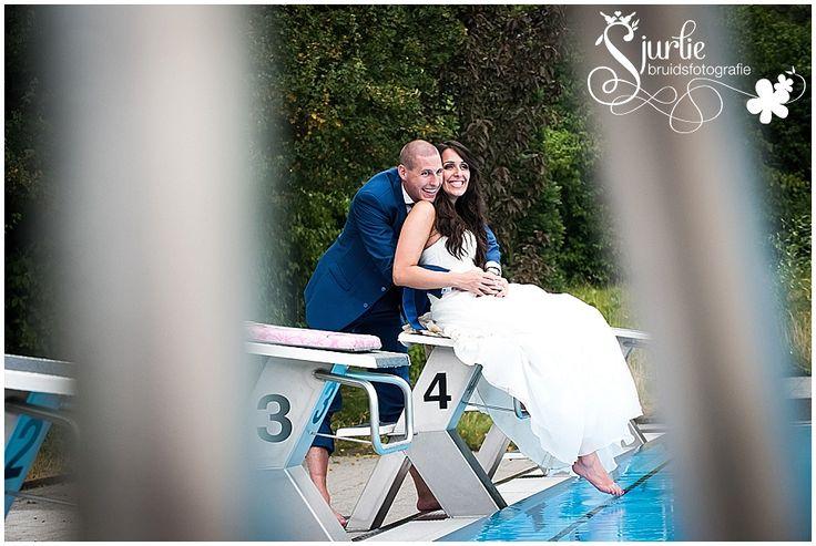 Romantische Hochzeitsfotografie im Swimbad bei Seehaus 53 in Escherweiler. Schone Braut und Brautigom.  Hochzeit, Fotografie, Brautkleid