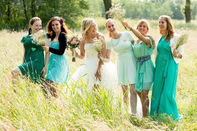Bruidsmeisjes in blauw/groene jurken, wat een plaatje!