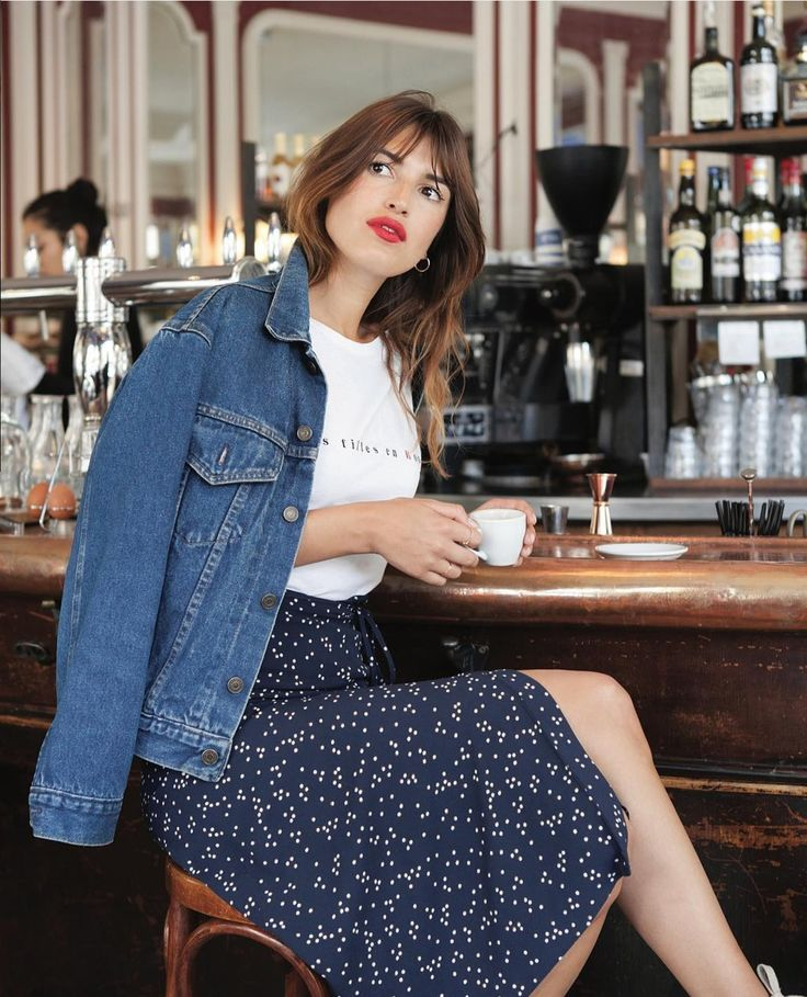 Tu falda estampada + cazadora denim - ELLE.es White graphic t-shirt+navy printed midi skirt+denim jacket+earrings+cherry lips. Pre-Fall Casual Outfit 2017
