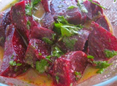 Dzisiaj czas na jedna z najpyszniejszych salatek swiata :) zapraszam :)       5 ugotowanych burakow  6 piorek czosnku  30g orzechow wlosk...