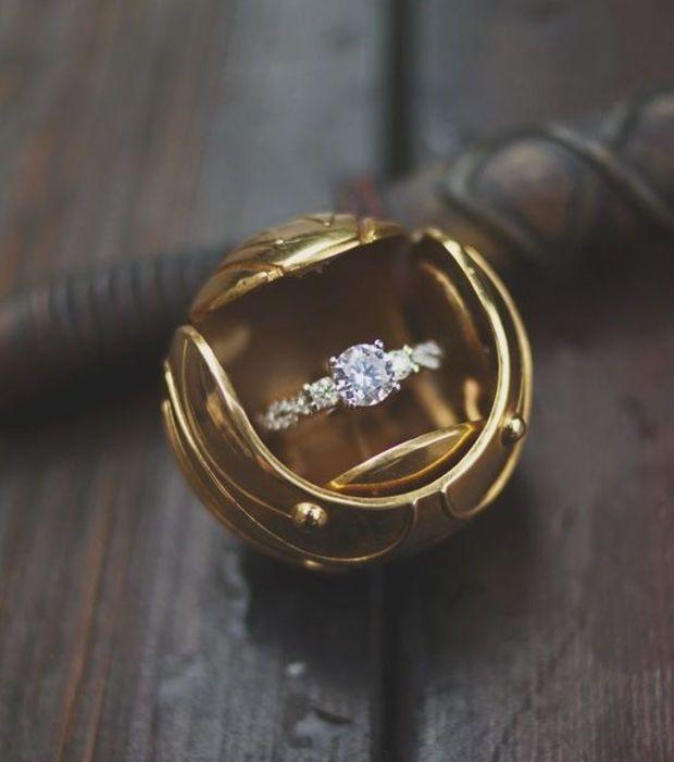 Un autre exemple d'une bague de fiançailles Harry Potter inspirée par le Vif d'Or