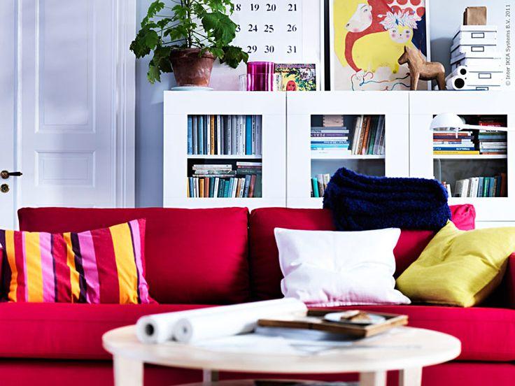 KARLSTAD i rosaröd är en pigg soffa med alla fyra ben på jorden. Formen är lika lätt att känna igen som en sportbil och har fått en plats i många hem runt om i landet.