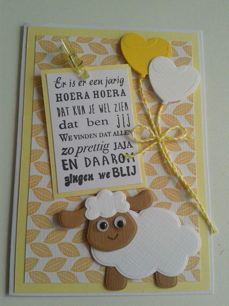 Verjaardagskaart met tekst en schaapje. ballonnen in wit geel.