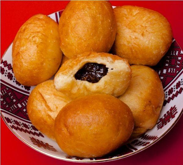 Пончики с начинкой из чернослива и мака Этот рецепт пончиков в домашних условиях понравится вам простотой, а еще он снабжен красочными пошаговыми фотографиями – чудные пончики с начинкой для вас!