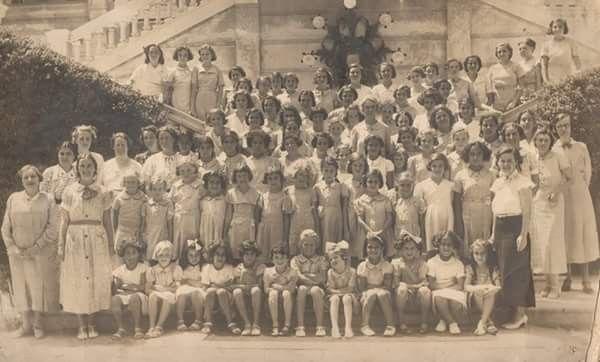 لقطه تذكاريه لطالبات ومعلمات المدرسه الانجليزيه Egc كلية النصر للبنات الاسكندريه العام الدراسي 1935 1936 Reem Egypt Alexandria Egypt History