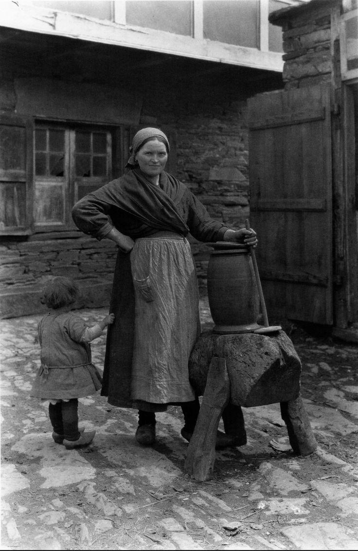 Batendo na manteigueira. A Fonsagrada, Lugo, (España)1925.