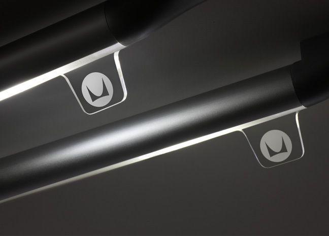 """Jeans """"taggens"""" sätt att bära ett varumärke har under en längre tid influerat produktdesign. Nu ser man dock nya sätt att """"tagga"""" produkter. Här syns en i akryl från Motorola."""