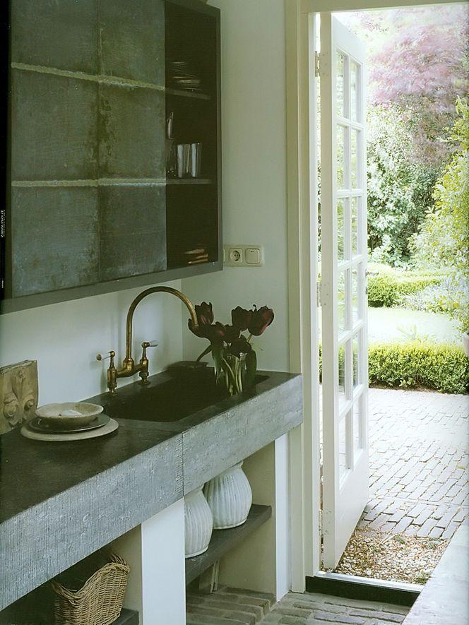 Cozinha com moveis rusticos e chão em tijolinhos aparentes