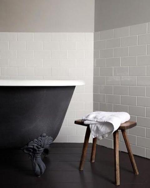 Regn, varma bad och gröna promenader - perfekt inrett på The Crown Amersham, ett bed & breakfast utanför London. Gissa vem som är designinredaren bakom dessa badrum? Jepp färgskalan och materialens tydliga språk avslöjar henne varje gång!   Halvkaklat vitt 7,5x15cm kakel i halvförband och vacker gråbeige (greige) färg ovan är perfekt till svarta badkaret och det slitna trät. Lugnt och tidlöst samtidigt som det är supertrendigt! Mer av badrummen på bloggen.  The Crown Amersham