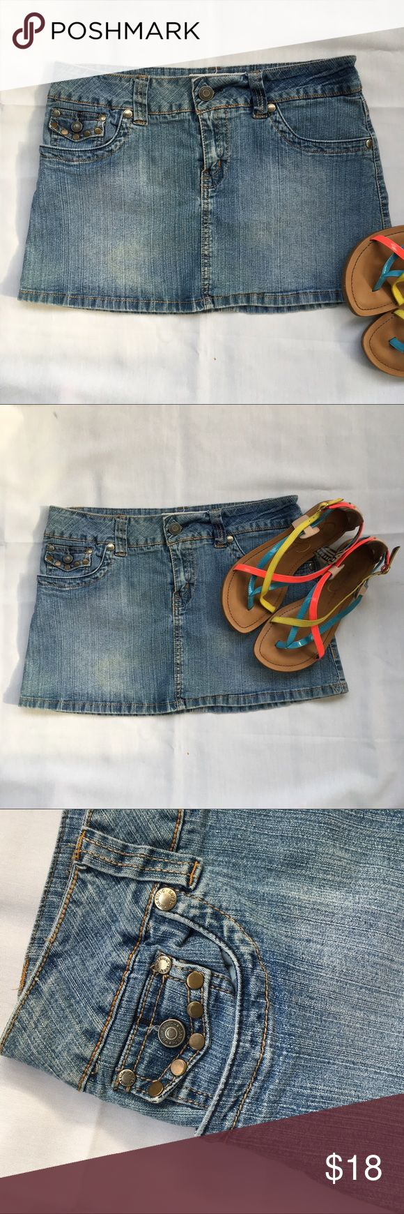 Hydraulic Jean Skirt Hydraulic Jean Skirt , in ECU excellent used condition. Fabric content is 53 % ramine , 27 cotton , 18 polyester and 1 % rayon. Measuring 15 1/2 inches in waist laying flat and 12 inches long. Size 9/10 Hydraulic Skirts Mini