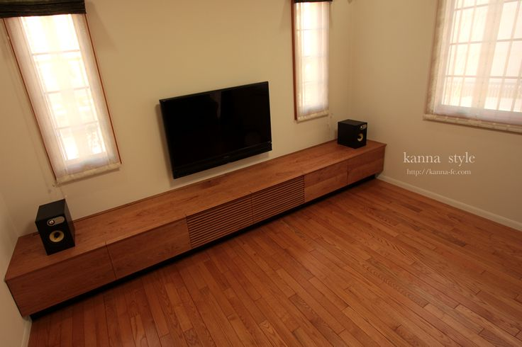 テレビが壁掛けであることからモダンで、広々とした空間が演出できています。このテレビボードは家に合わせてオーダーで作られています。低い位置のテレビなので、ボードも低いもので、圧迫感もゼロですね。