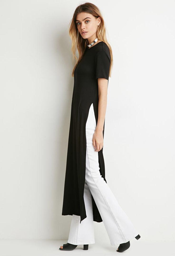 Camiseta longa com recorte lateral e calça branca flare: