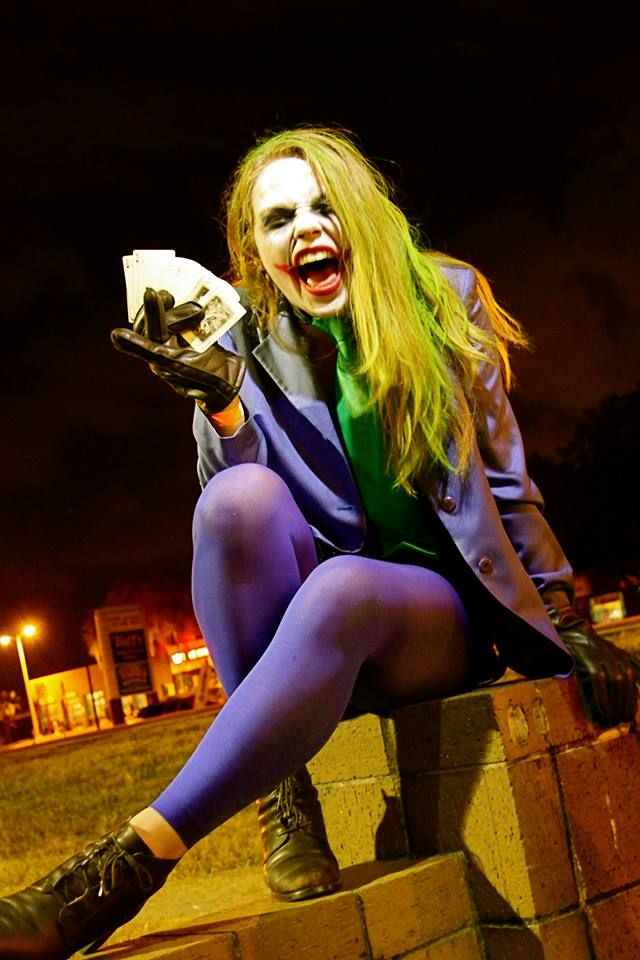 Gender bent Joker cosplay.   Alternate universe Joker, where Bruce Wayne is shot and killed instead of his parents; his mother becomes the Joker, while his father becomes Batman. I like this one because it's kowai. #genderbender #cosplay #joker