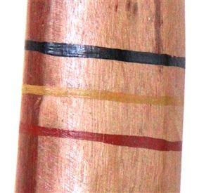 Gapanbulu Yunupingu Didgeridoo (2483) Key: E Length: 150cm Weight: 3kg Timber: Eucalyptus Stringybark Mouthpiece: Natural Timber 1st Toots F Mouth inner diameter 30mm Bell inner diameter 70mm