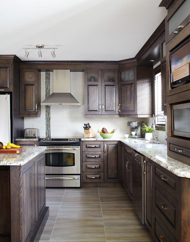 Armoires de cuisine classiques en merisier qu bec simard for Armoire salle de bain noir
