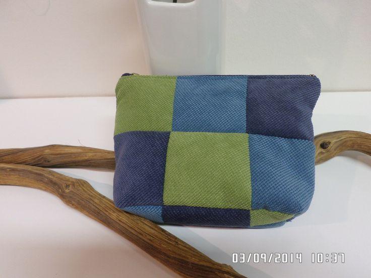 No.IV SUN- Kosmetická taška Barvy moře Kosmetická taška je ušita z kvalitnítkaniny SUN patchworkovou metodou, je velice příjemná na dotyk. Má2 vnitřní kapsy. Zapínání na zip.Podšívka je ve fialovébarvě. Rozměry: délka 21cm, výška 15cm, šířka 5,5cm Materiál:100% PES, podšívka 100%BA Možno prát na 30 st.C. Materiál je ošetřen vodělodolnou impregnací, při ...