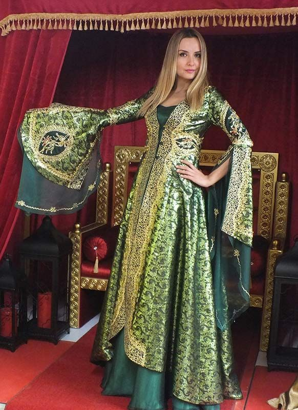 Hürrem Sultan Bindallı Kaftan Kına Elbisesi. [http://www.gelincealisveris.com/yesil-sirmali-hurrem-kaftan-bindalli; Bindallı Kaftan Modelleri http://www.ceyyiz.com/Kina-Kiyafeti-Bindalli,LA_158-2.html]