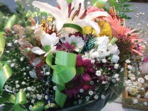 Ramo de flores a domicilio de flores variadas de temporada, con bombones entre las flores para causar una mayor sorpresa y encanto, van adornados con lazos e hilo de plata, ademas de con tarjeta con dedicatoria, lleva gerberas, margaritas, liliums, claveles, paniculata, etc, etc…..