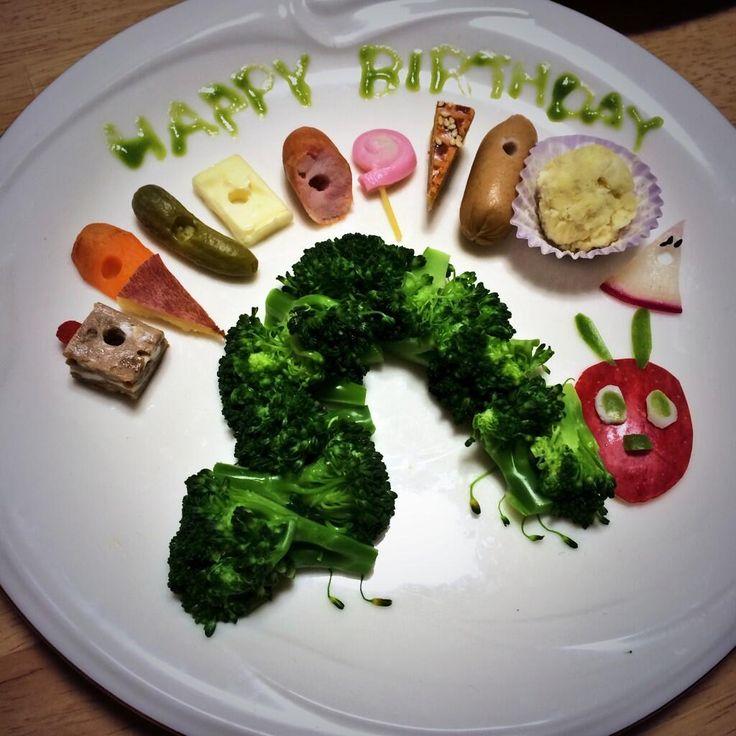 「どようび、あおむしのたべたものはなんでしょう。チョコレートケーキとアイスクリームとピクルスとチーズとサラミとぺろぺろキャンディーとさくらんぼパイとソーセージとカップケーキと、それからすいかですって!」3歳の誕生日おめでとう! pic.twitter.com/YNBfLJNj37