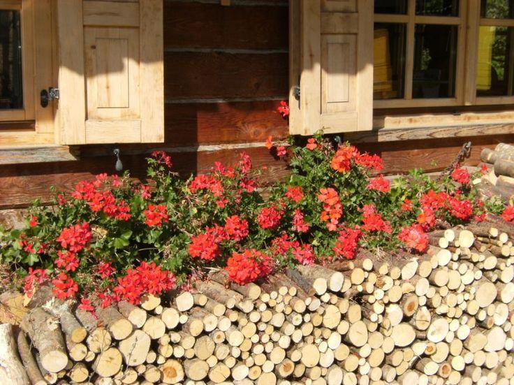 Per la realizzazione di giardini con arredi in legno disponiamo di pali trattati in autoclave per recinzioni di qualsiasi diametro e lunghezza, panche, tavole, gazebo e giochi.