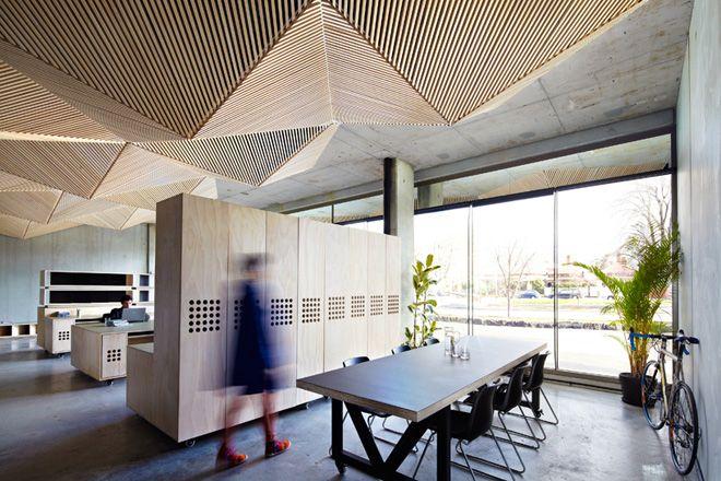 Оригинальное покрытие потолка деревянными рейками