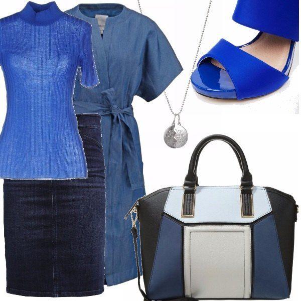 Gonna in denim blu scuro, dolcevita a maniche corte blu elettrico, cappottino con manica larga e cintura in vita in tessuto leggero, sandalo blu elettrico con fibbie alla caviglia, borsa a mano a blocchi di colore, collana in metallo color argento con ciondolo
