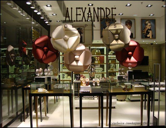 Camélias inspiradas nas camélias channel para vitrine de dia das mães da Alexandre de Paris.