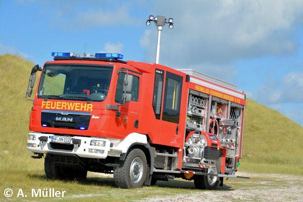 Bei schönstem Urlaubswetter hat unser Mitarbeiter Alex Müller das neue LF 10 der FF Norddorf auf der Nordseeinsel Amrum fotografiert. Wer zufällig dort Urlaub macht, kann sich das Fahrzeug ja mal anschauen. Die FF hat übrigens noch mehr Interessantes zu bieten.