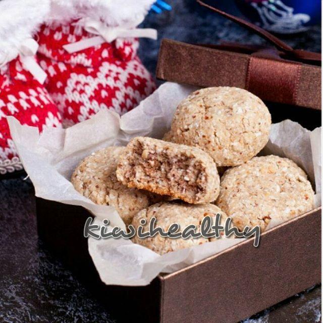Безумно вкусное кокосо-арахисовое печенье! Я его хранила не накрывая крышкой, и с каждым днем оно становилось еще вкуснее и хрустяще-рассыпчатое, прямо как классическое песочное печенье)) Мой сладкий рецепт на #конкурс_пуговка_kg от @pugovi4ka_food и @katerina_kg  55 г ячменной муки (можно заменить на овсяную) 40 г жареного молотого арахиса 40 г кокосовой стружки 100 г кефира 35 г кленового сиропа (можно взять мед, пекмез, сироп топинмабура и т.п.) 1/3 ч.л. соды  Смешать все ингредиенты…