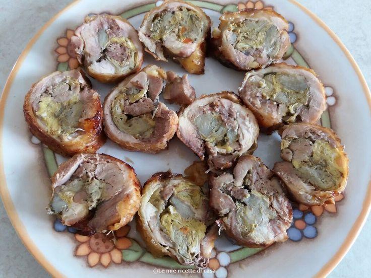 Ingredienti:  - 3 cosce con sovracosce di pollo  -2 uova  -2 carciofi grandi  -1 carota  -1 costa di sedano  -1 cipolla  -mezzo bicchiere di vino bianco  -3 rametti di prezzemolo (le foglie lavate e asciugate)  -3 spicchi di aglio  -rosmarino q.b  -alloro q.b  -timo q.b  -prezzemolo q.b  -sale q.b  -pepe q.b  -olio q.b    PROCEDIMENTO  Private i carciofi del gambo e delle foglie esterne e tagliateli in piccoli spicchi.  In una padella mettete dell'olio e cuocete i carciofi. Appena sarann...