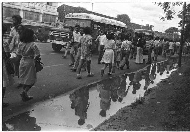 1981-Penumpang di terminal Lapangan Banteng yang kini sudah diubah menjadi taman. Sejarah angkutan umum Jakarta berawal dari tram dan bis yang dikelola Belanda. Sayang, tram bermesin uap dihapuskan oleh Presiden Soekarno tahun 1960.