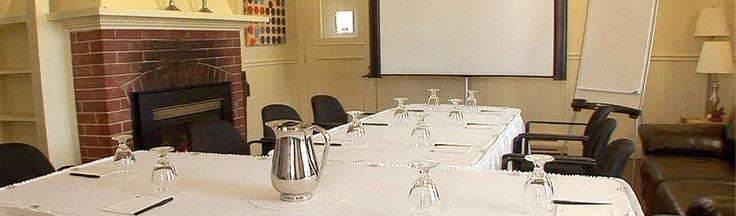 Salon aménagé en salle de conférence pour un groupe corporatif