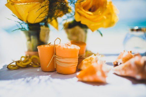 Свадьба в Доминикане (Weddings in the Dominican Republic); Дикорации (Decoration): желтые розы (yellow roses), свечи абрикосового цвета (apricot-colored candles), морские ракушки (seashells)