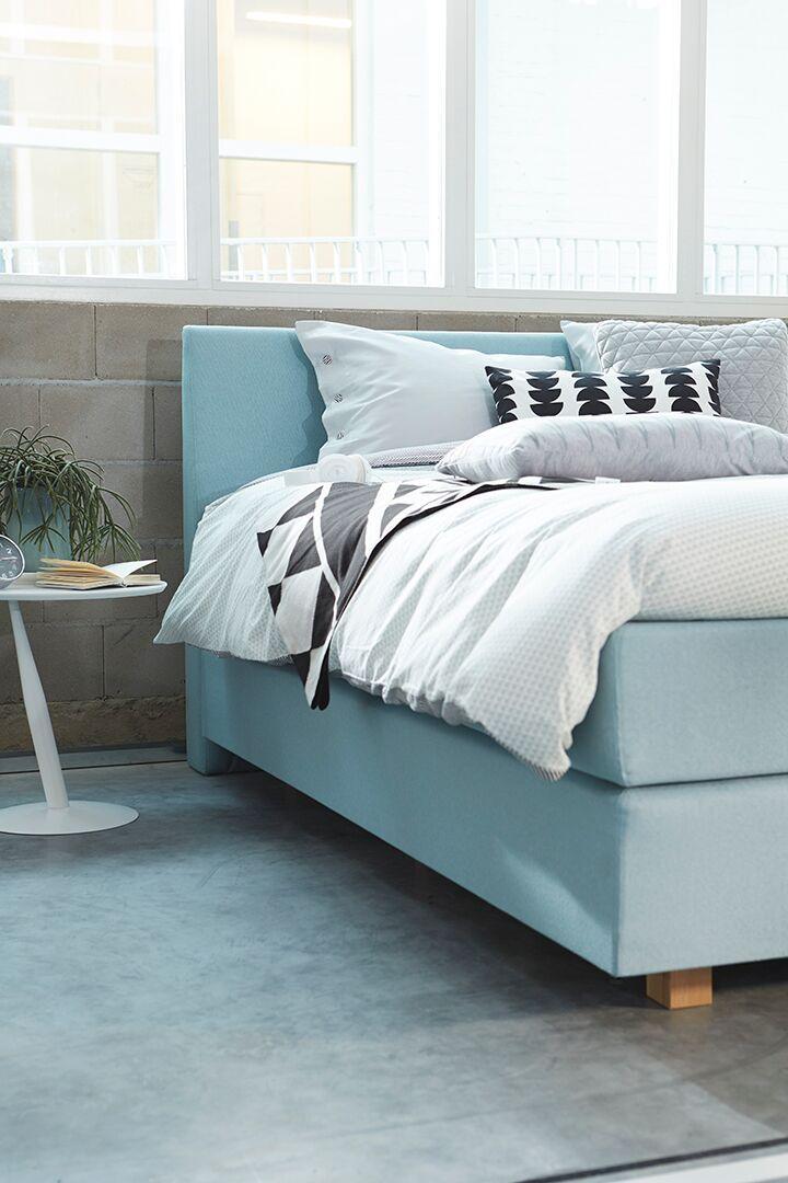 Een lichtblauwe of lichtgrijze boxspring, witte wanden en een lichte (houten) vloer zijn een prima basis voor een Scandinavisch interieur. Deze stijl heeft een rustige uitstraling en is daarom heel geschikt voor de slaapkamer.