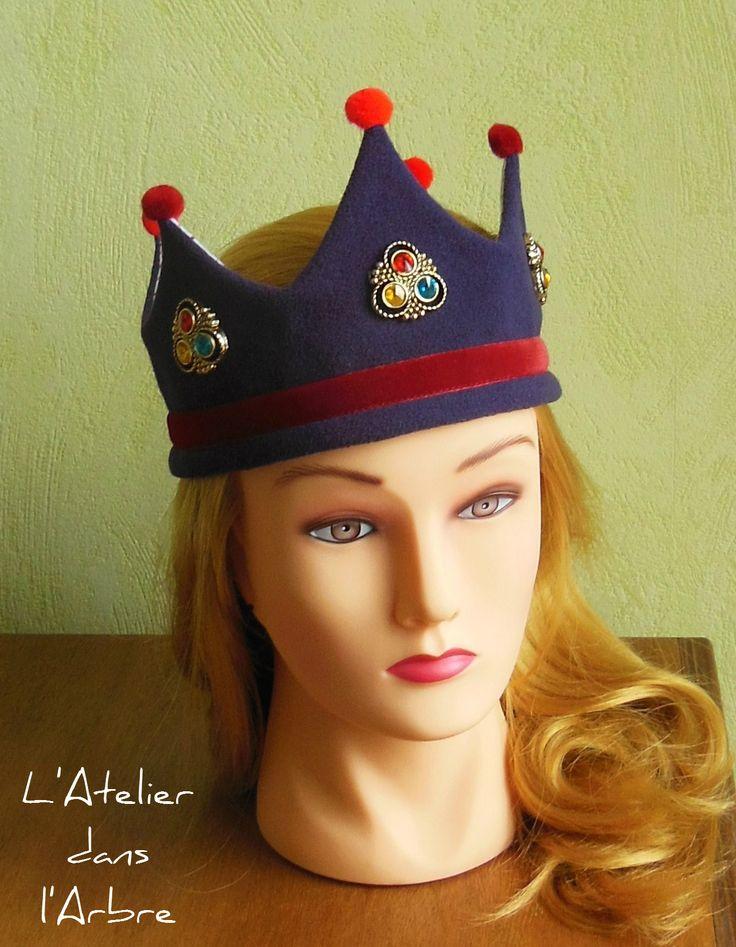 Couronne de roi ou reine, en tissu. Fabric crown. Laine polaire couleur prune, ruban velours rouge, doublure coton à pois, pompons, boutons dorés et breloques précieuses...