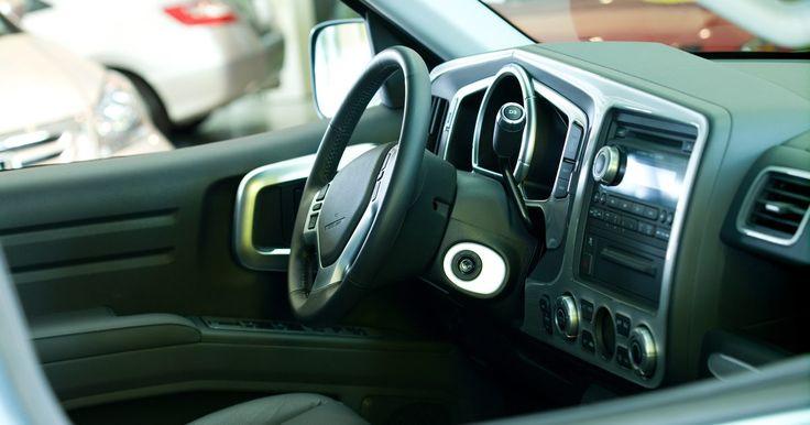 Cómo identificar las luces de advertencia en un Toyota Camry. Las luces de advertencia en un Toyota Camry ayudan a alertar al conductor de cualquier problema. Las luces de advertencia normalmente se encienden cuando hay un mal funcionamiento con uno o más de los componentes electrónicos relacionados con el Camry. La información se envía a la unidad del vehículo de control electrónico, o ECU. La ECU entonces ...
