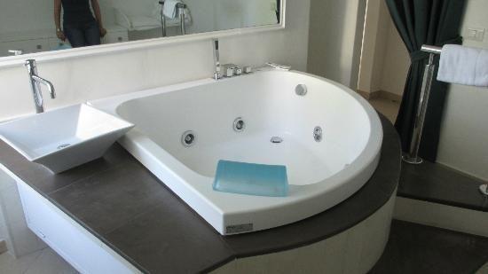 81 best baignoires jacuzzi images on pinterest jacuzzi. Black Bedroom Furniture Sets. Home Design Ideas